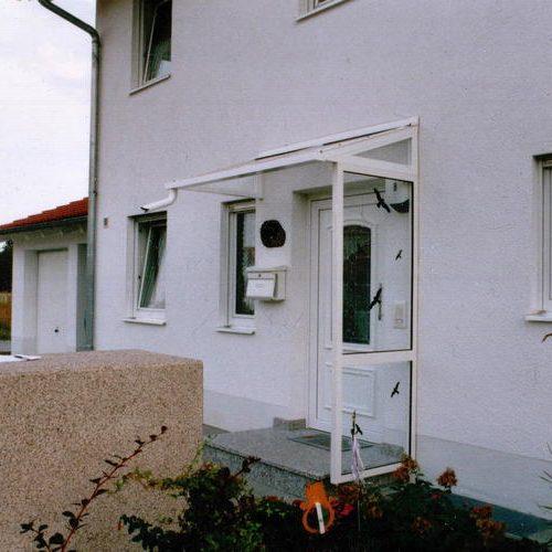 Haustürvordach zum Schutz vor Nässe und Kälte