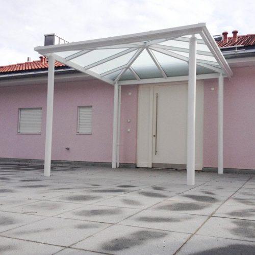 großes Haustürvordach aus Aluminium