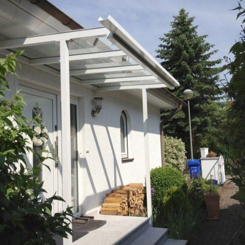 flaches Haustürvordach aus Aluminium und Glas