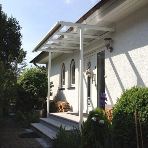flaches Haustürvordach, Aluminium und Glas