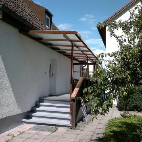 langgezogenes Vordach aus Aluminium