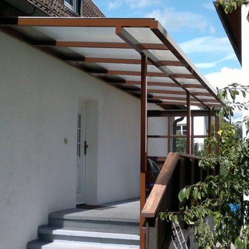 langgezogenes Haustürvordach aus Aluminium