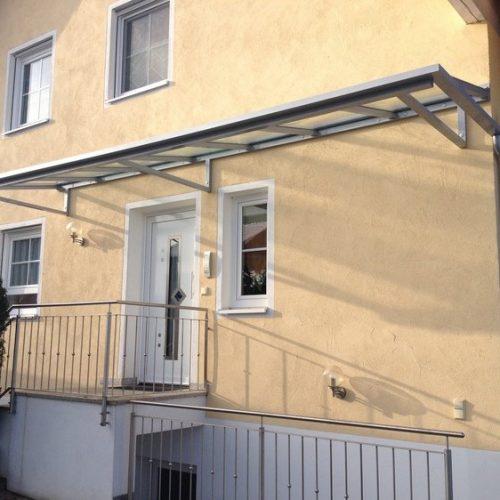 Vordach für Haustüre und Kellerabgang in einem
