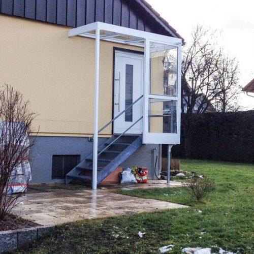 weißes Haustürvordach mit seitlichem Schutz