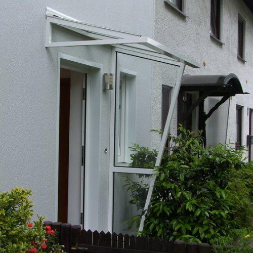 Haustürvordach mit seitlichem Schutz aus Glas