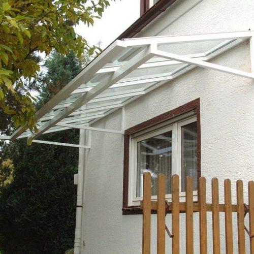 Vordach aus weißem Aluminium und Glas von Stefan Lutz Überdachungen