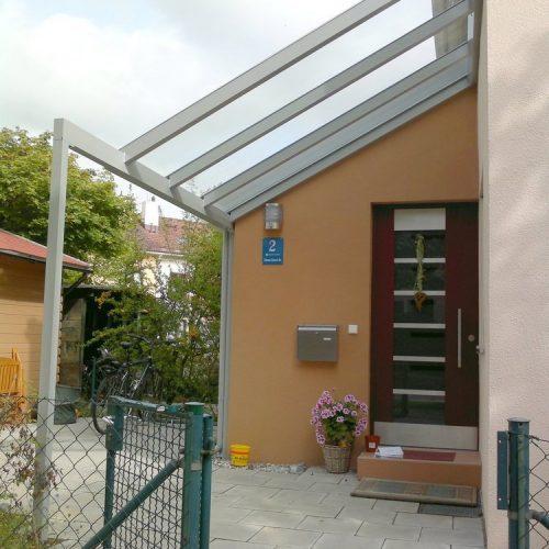 Bau eines Vordachs für den Eingangsbereich von Stefan Lutz Überdachungen