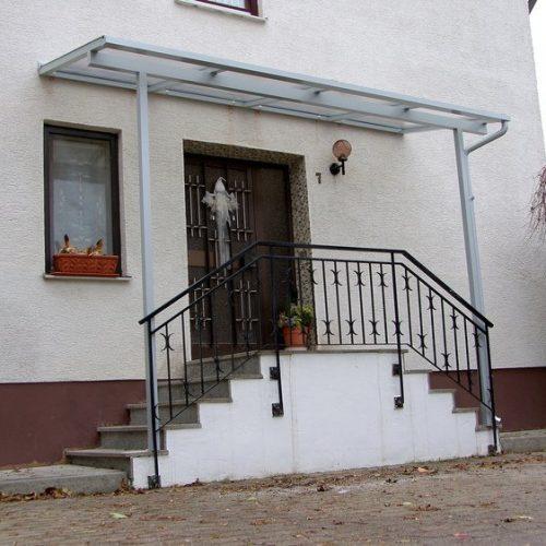 breites Haustürvordach, flache Überdachung