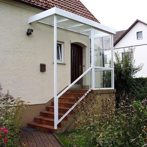 Haustür und Treppenaufgang mit Überdachung