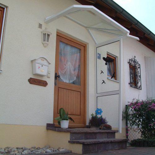 Haustürvordach von Stefan Lutz Überdachungen schützt die Blumenkübel