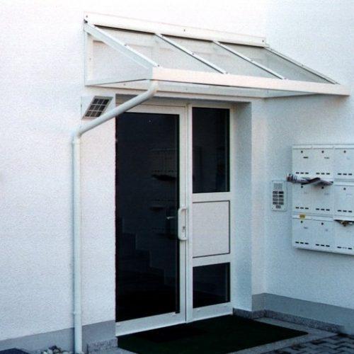 weißes Vordach passt optisch zur Hauswand und Haustüre