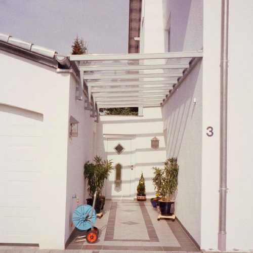 Vordach zwischen Garage und Hauswand von Stefan Lutz Überdachungen