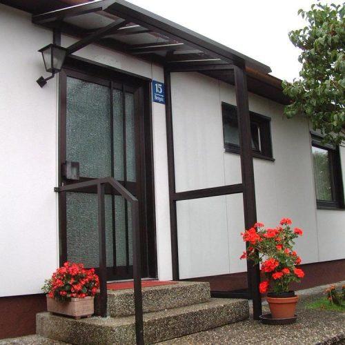 Haustürvordach mit Glaselementen