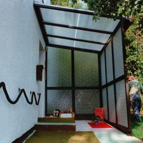 Hausvordach aus Aluminium mit Sichtschutzglas
