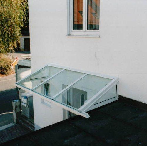 Vordach mit Glaselementen von oben