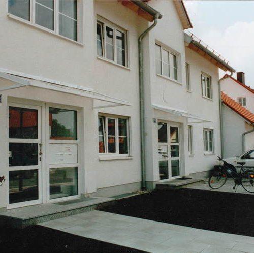 Reihenhaus mit Vordächern für die Haustüren von Stefan Lutz Überdachungen