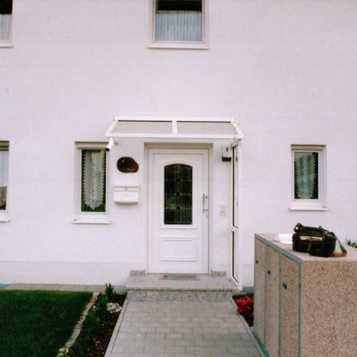 Haustürvordach, schräg und weiß