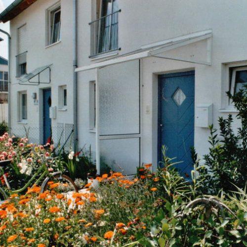 Referenz eines weißen Vordachs vor blauer Haustür von Stefan Lutz Überdachungen