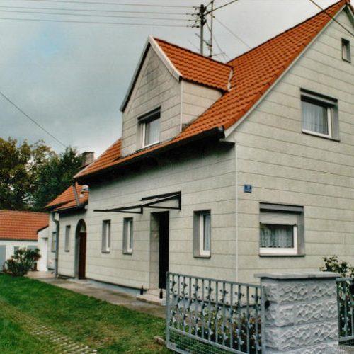 schwarzes Haustürvordach, schräg