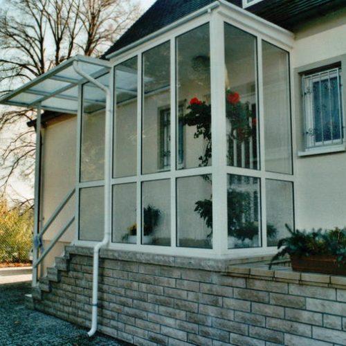 Haustürvordach mit großen Glaselementen