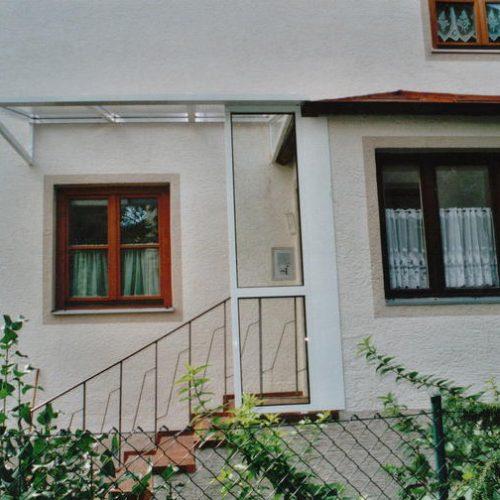 weißes Vordach über dem Treppenaufgang zum Schutz vor Regen