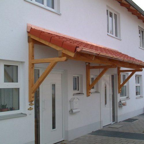 breites Holzvordach für zwei Haustüren
