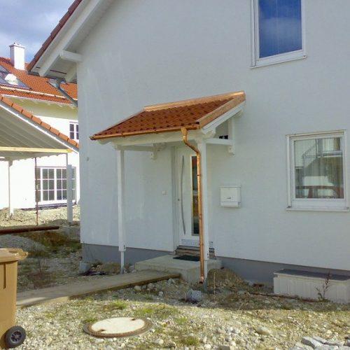 Haustürüberdachung mit Kupferelementen und Dachziegeln