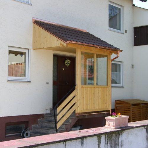 Vordach aus Holz mit seitlichem Schutz