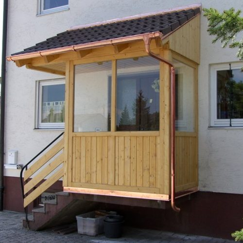 Vordach aus Holz mit Fenstern