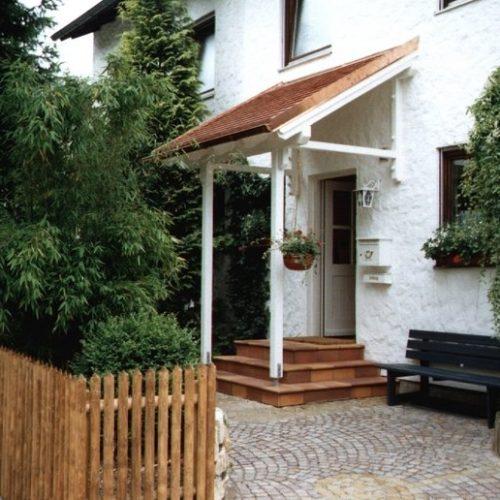 weißes Holzvordach, schräg