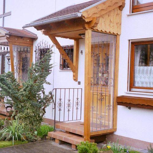 Vordach in rustikaler Optik aus Holz von Stefan Lutz Überdachungen