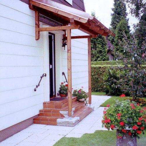 Vordach aus Holz mit Metallelementen