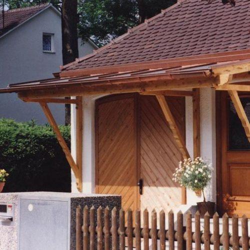 breites Vordach aus Holz