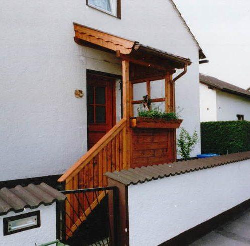 individuelles Holzvordach für Haustüre von Stefan Lutz Überdachungen