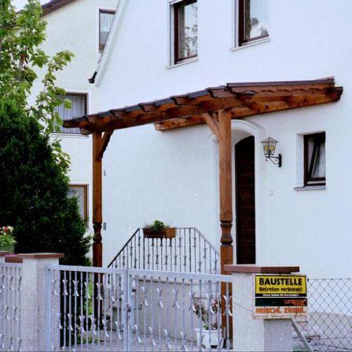 Vordach aus Holz vor Haustüre von Stefan Lutz Überdachungen