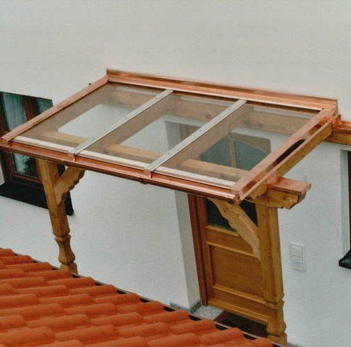 Holzvordach mit Glaselementen