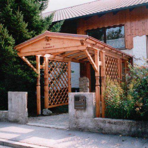 langgezogenes Holzvordach