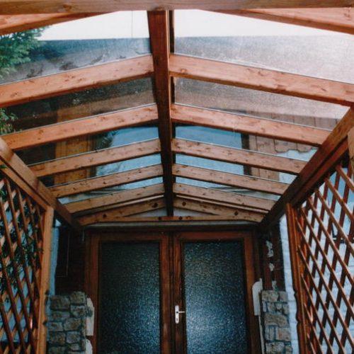 Referenzfoto eines Vordachs mit Holzgestell und Glasdach
