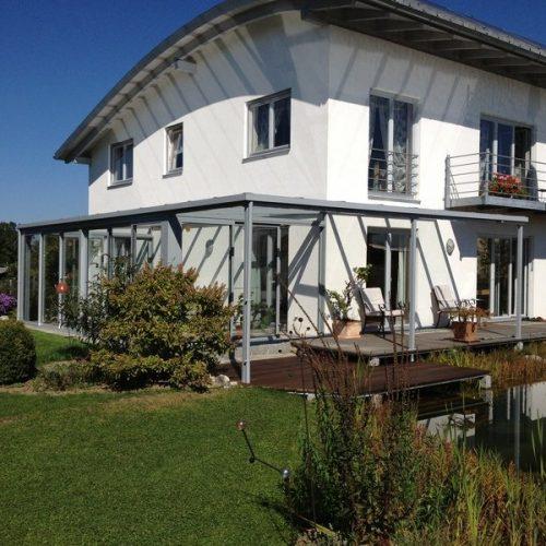 Haus mit Wintergarten und Terrassenüberdachung aus Alu und Glas