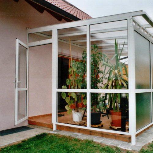 Wintergarten mit Sichtschutzglas aus weißem Aluminium