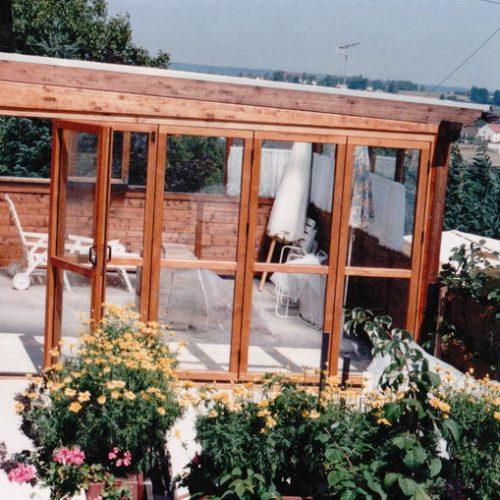 gemüticher Wintergarten aus Holz mit Fenstern und Schiebetüren
