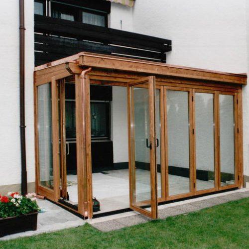 Wintergarten aus Holz und Glas mit Schiebeelementen