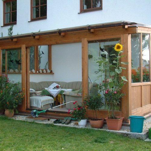 Wintergarten aus Holz mit Glasfenstern