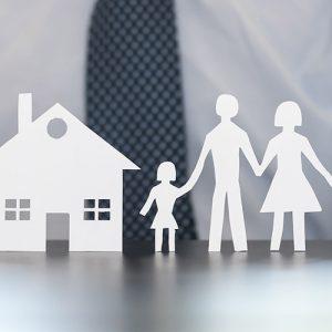 Haus und Familie aus Papier als Symbol für Versicherung
