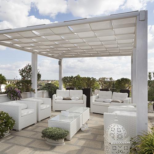 Terrassenüberdachung aus weißem Holz