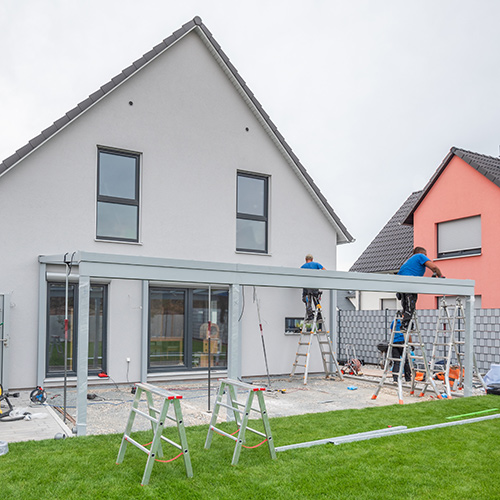 Terrassenüberdachung mit Handwerkern